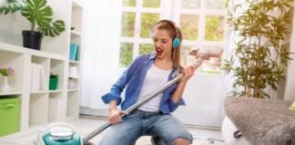 Dziewczyna używająca odkurzaczy workowych